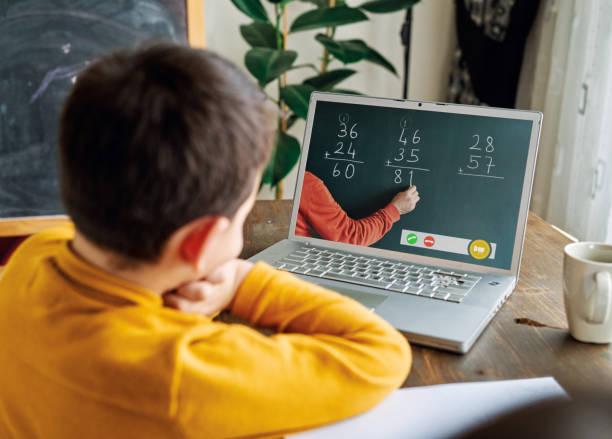 6-7 jahre niedliches kind lernen mathematik aus dem computer. - homeschooling stock-fotos und bilder