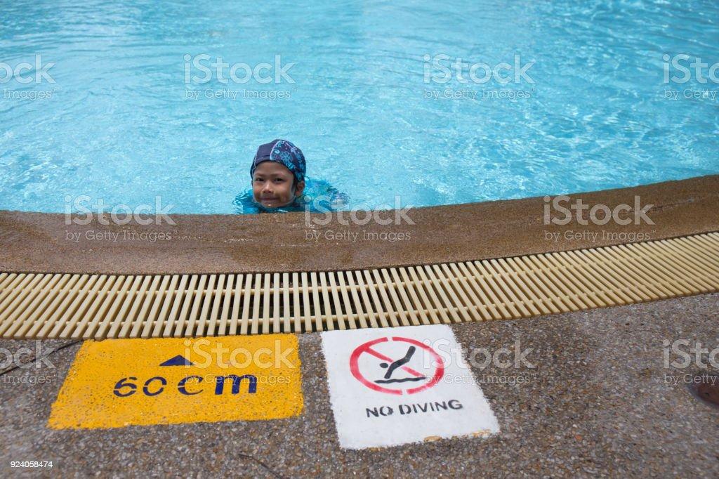 7 Jahre alt melden Asiatin Witt Warnung und Tiefe am Pool für Kinder im Sommer – Foto