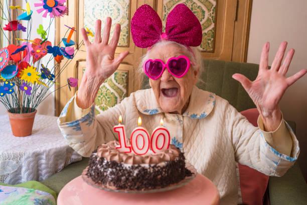 100 jahre alte geburtstagstorte für alte frau - nummer 100 stock-fotos und bilder