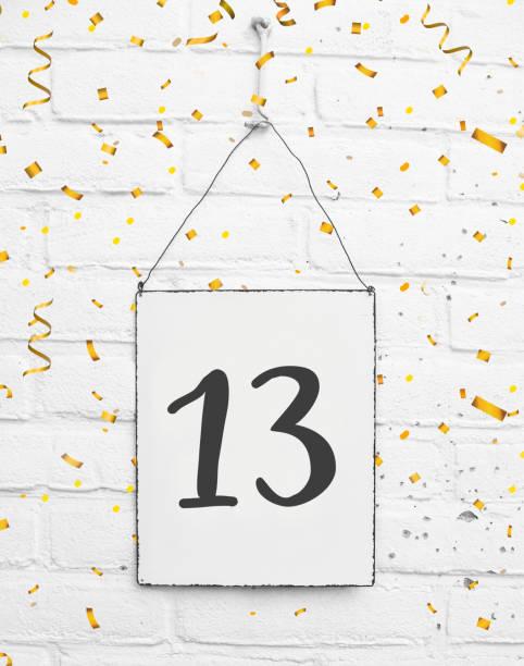 13 jahre geburtstagsparty kartentext banner mit goldenen konfetti, nummer dreizehn, weiße ziegel hintergrund - number 13 stock-fotos und bilder