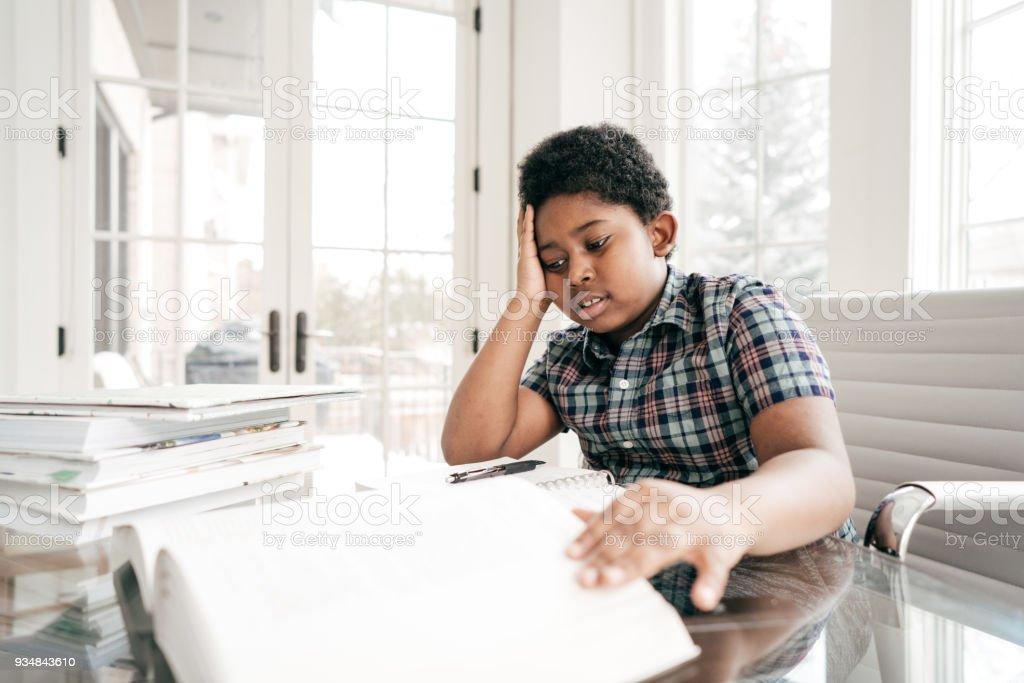 국내 부엌에서 숙제를 하 고 8 년 오래 된 소년 - 로열티 프리 8-9 살 스톡 사진