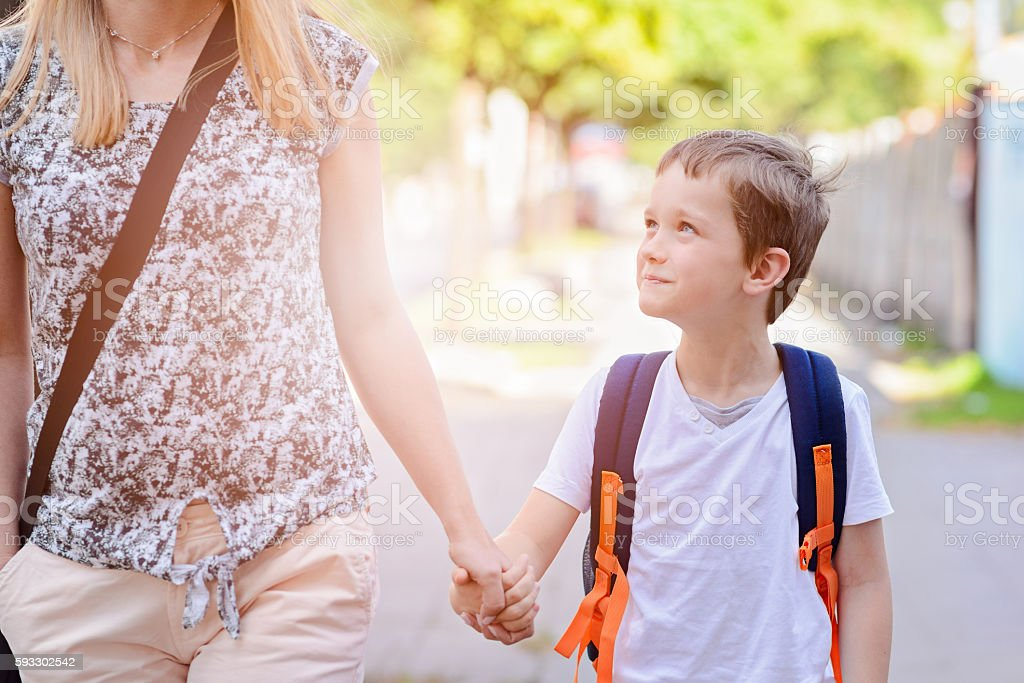 7 years old boy going to school with his mother – Foto