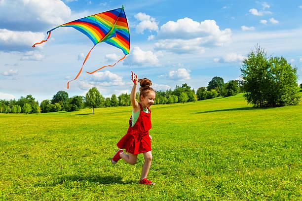 6 ans fille avec un cerf-volant - nuage 6 photos et images de collection