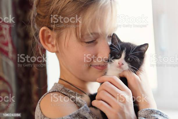 Years old girl with kitten at home picture id1080240094?b=1&k=6&m=1080240094&s=612x612&h=hi6qjxf1yqpnw1hwdg1zzneap1dgmmwzjpxudauypeu=