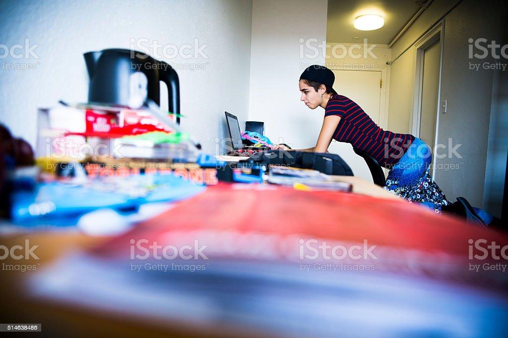 De 19 anos menina estudante trabalhando com o computador portátil e Smartphone - foto de acervo