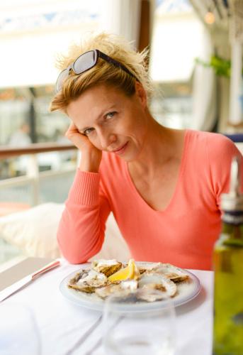 40 Jahre Alte Frau In Ein Restaurant Mit Teller Austern