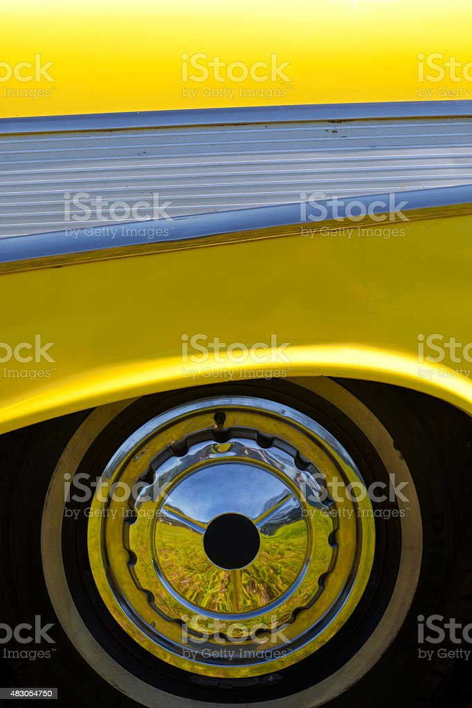 Amarelas de 1950 Vintage Automobile Vista traseira Rim rodas - foto de acervo