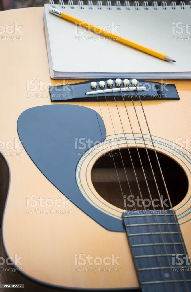 Yellow Acoustic Guitar On Wooden Table foto stock royalty-free