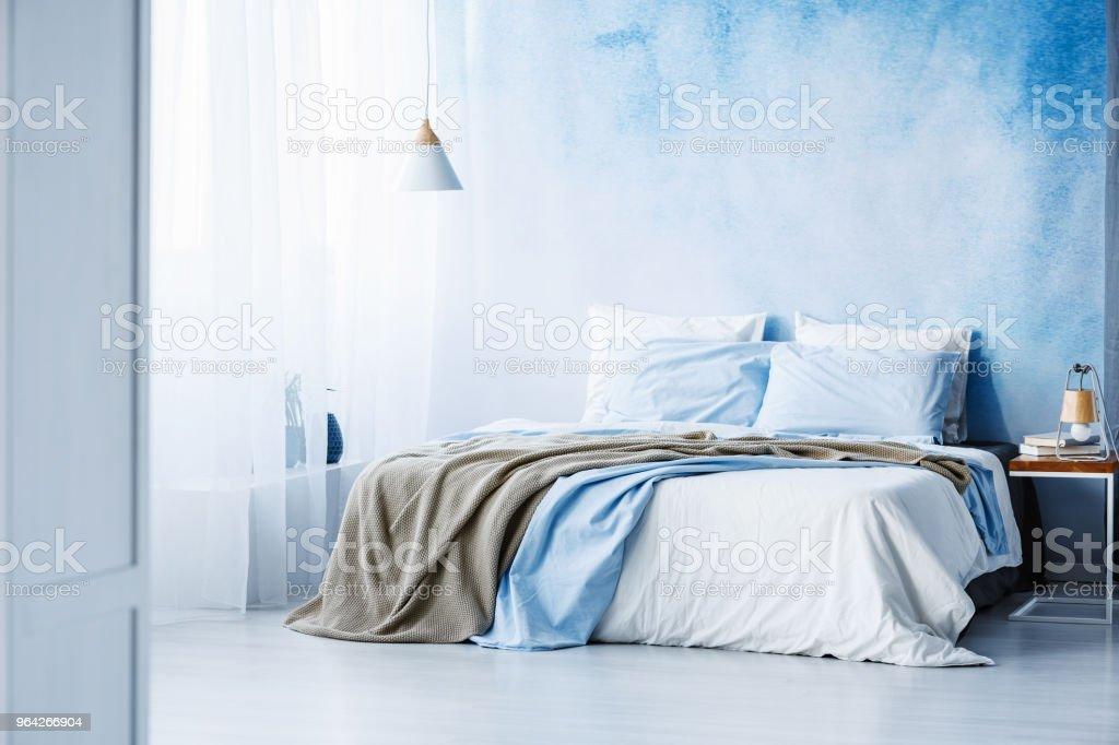 Photo de stock de Literie Jaune Et Bleu Sur Lit Blanc À Lintérieur ...