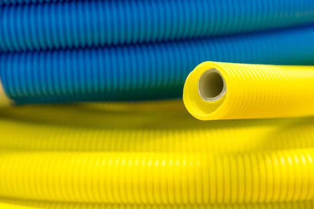 gelb und blau wellpappe kunststoffrohr - plastikbeutel handwerk stock-fotos und bilder