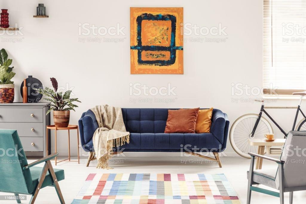 Gelb Und Marineblau Malerei Über Sofa In Modernen Wohnzimmer ...