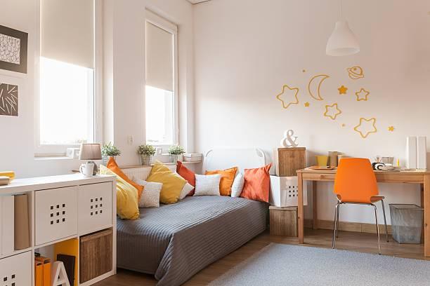 gelb und orange accessoires - schlafzimmer teenager stock-fotos und bilder