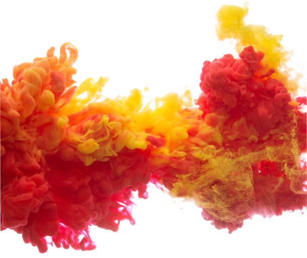encre colorée jaune et rouge dans le résumé de l'eau - orange couleur photos et images de collection