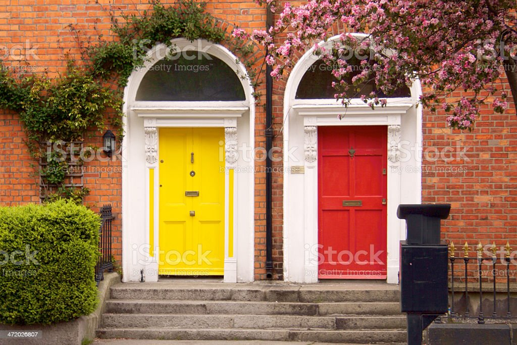 Amarillo y rojo dos puertas en la primavera de Dublín - foto de stock
