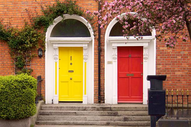 amarelo e vermelho de duas portas na primavera de dublin - ivy building imagens e fotografias de stock