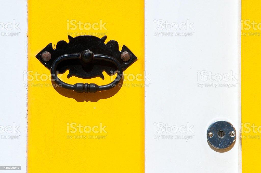 Amarelo e branco Colonial de portas com manopla e trava foto royalty-free