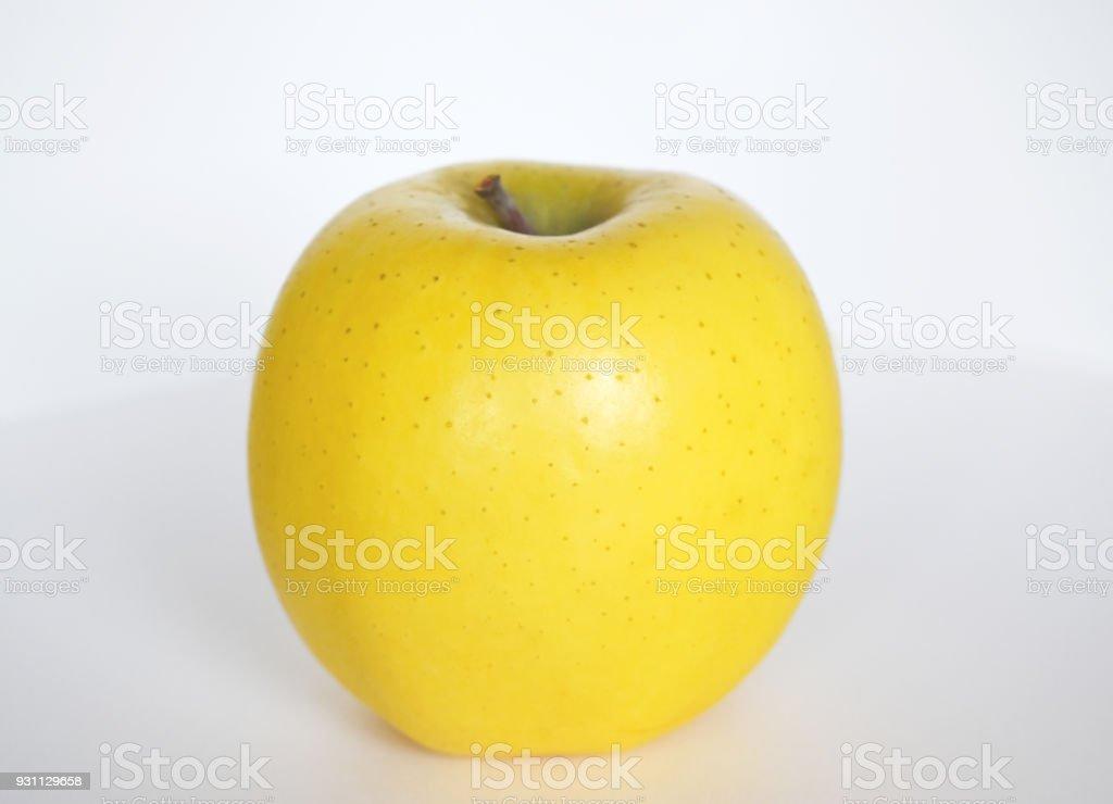 Beyaz zemin üzerine sarı elma - Royalty-free Altın - Metal Stok görsel