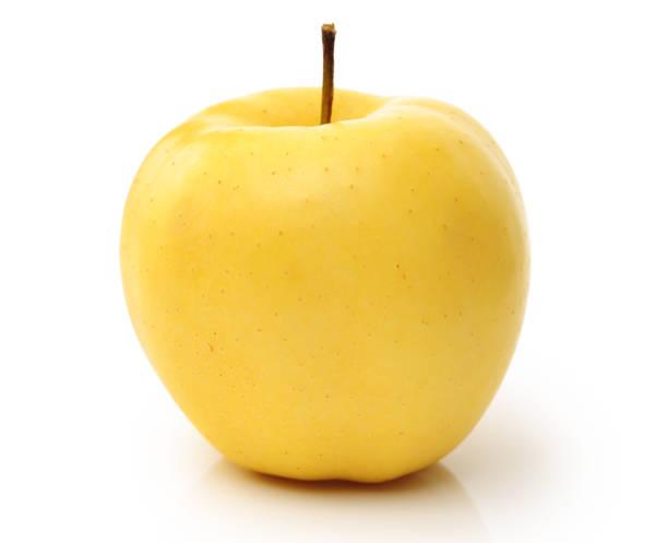 pommes jaunes isolés sur fond blanc - golden photos et images de collection