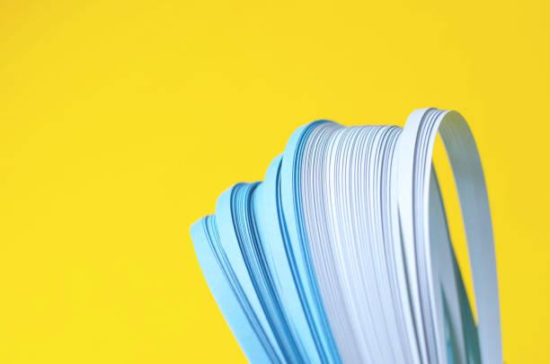 gelber hintergrund mit blauen abstrakten blauen linien. - dunkle flecken entferner stock-fotos und bilder