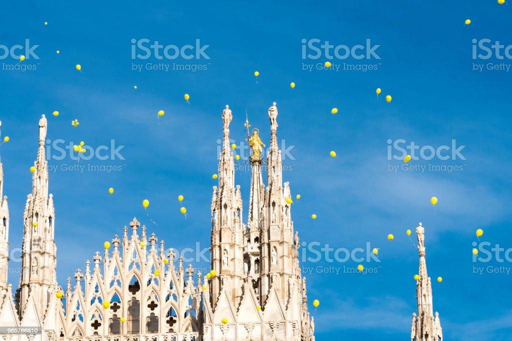Gele ballonnen vliegen over Milaan - Royalty-free Architectuur Stockfoto