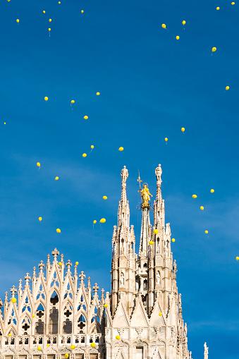 Gele Ballonnen Vliegen Over Milaan Stockfoto en meer beelden van Architectuur