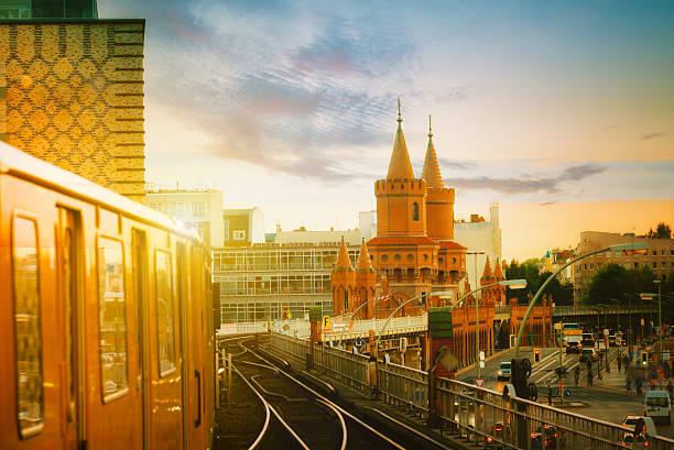 yellow berlin metro train leaving at station oberbaumbrücke at sunset - oberbaumbrücke stock-fotos und bilder