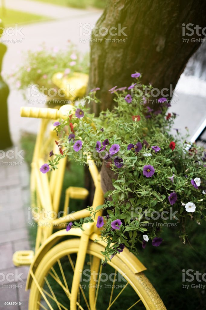 Yellow bicycle with flowers, summer 2017. Amazing summer image. стоковое фото