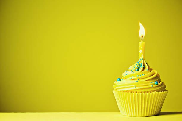 jaune gâteau d'anniversaire - objet jaune photos et images de collection