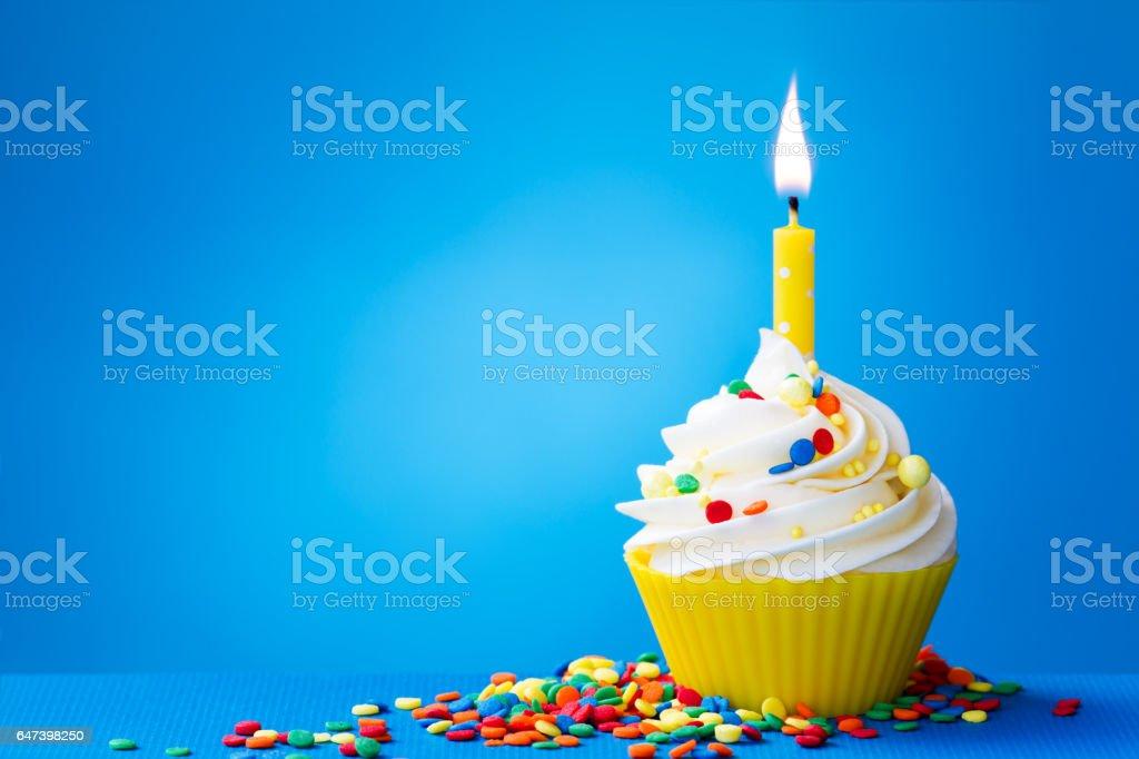Amarelo aniversário Bolinho - fotografia de stock
