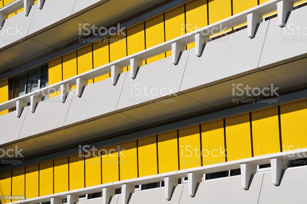 Gelbe Jalousien im modernen Gebäude – Foto