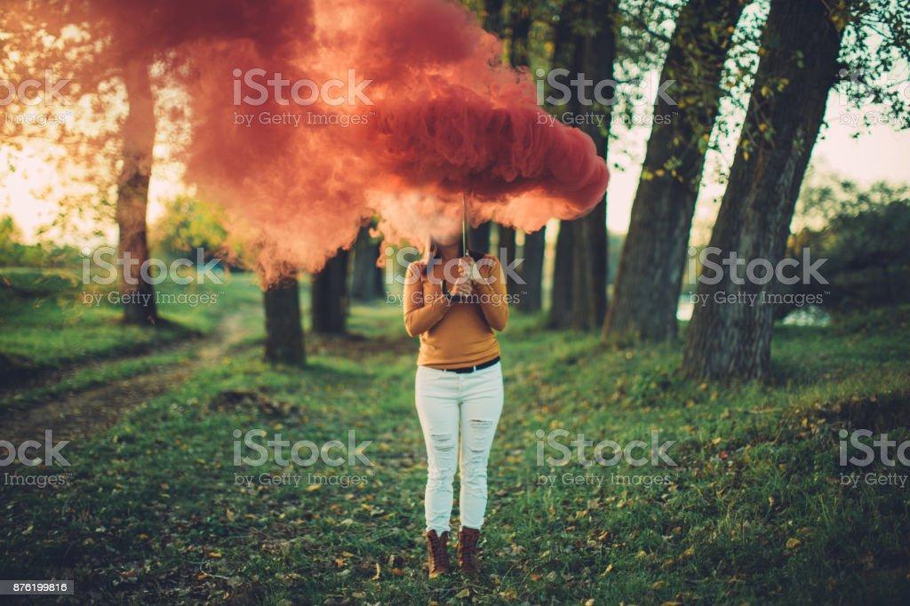 Blusa amarilla y rojo humo - foto de stock