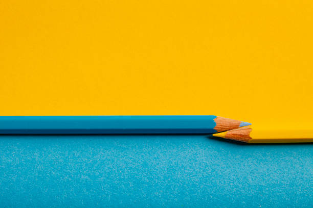 yellow blue pencil background - ordine foto e immagini stock