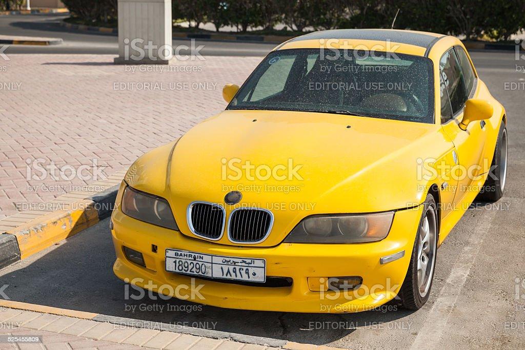 Gelbe BMW Z3 M Coupe Autos am Straßenrand – Foto