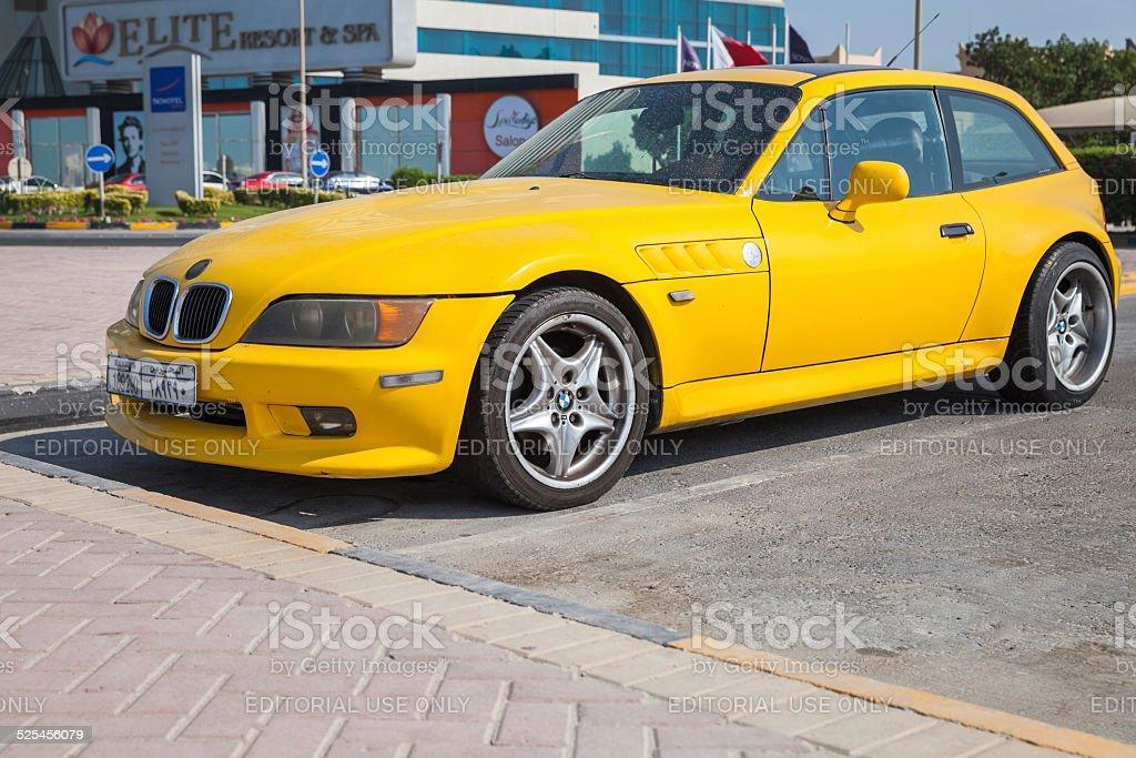 Gelbe BMW Z3 M Coupe Auto geparkt ist in Manama – Foto