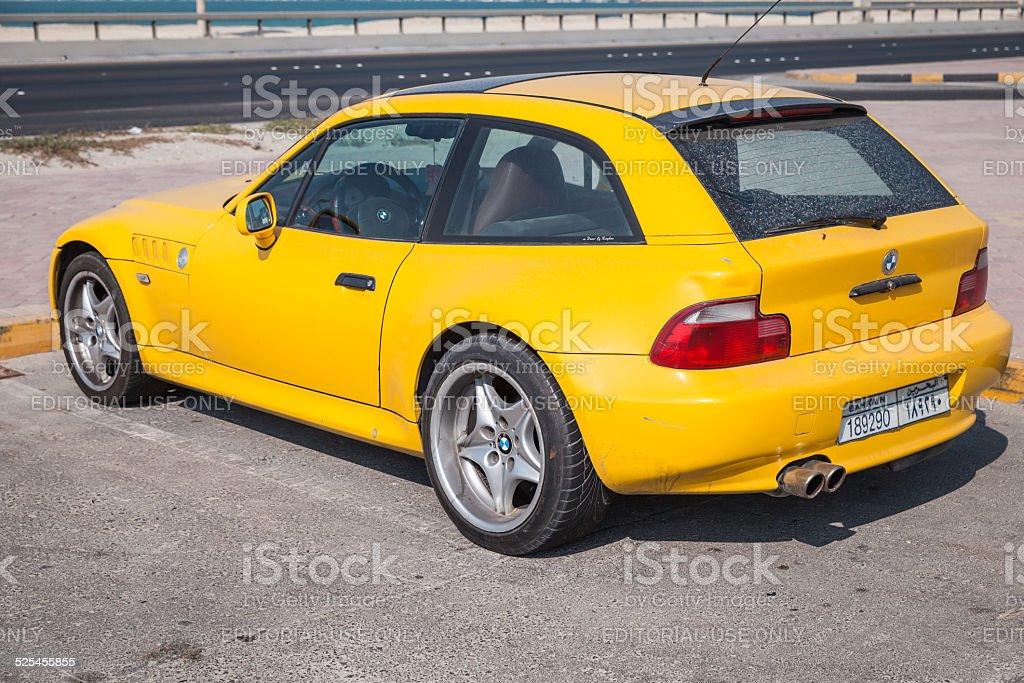 Gelbe BMW Z3 M Coupe Auto geparkt ist am Straßenrand – Foto