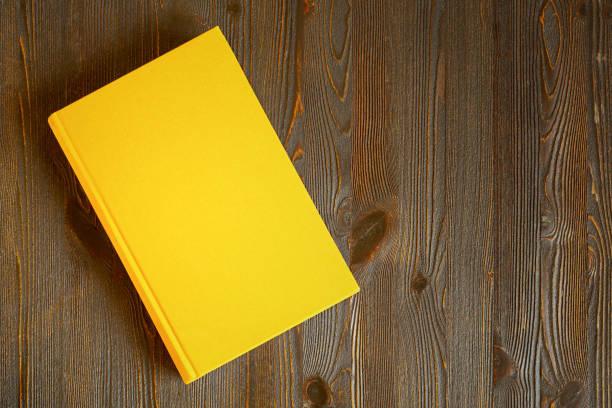 gelbe buchen sie auf dem tisch - anatomie buch stock-fotos und bilder