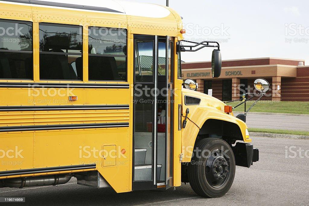 Gelbe bus vor einer Schule – Foto
