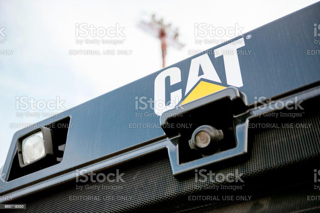 Escavadora de tractor gato amarela com câmera de segurança retrovisores - foto de acervo