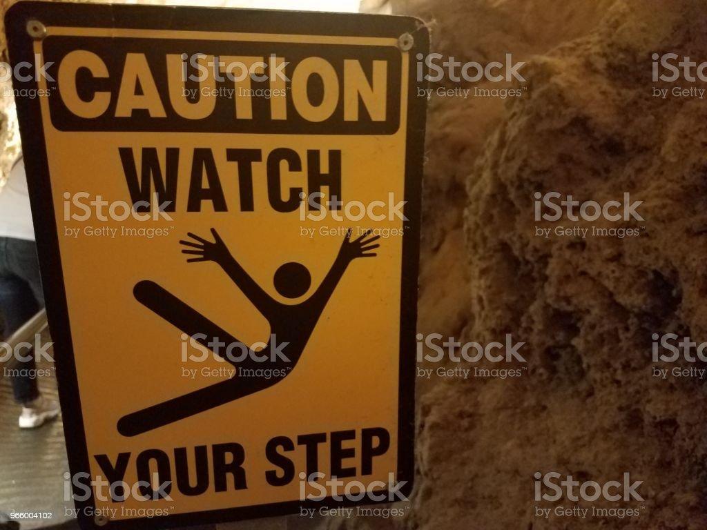 Gelbe Vorsicht Vorsicht Stufe in Höhle zu unterzeichnen - Lizenzfrei Extremsport Stock-Foto
