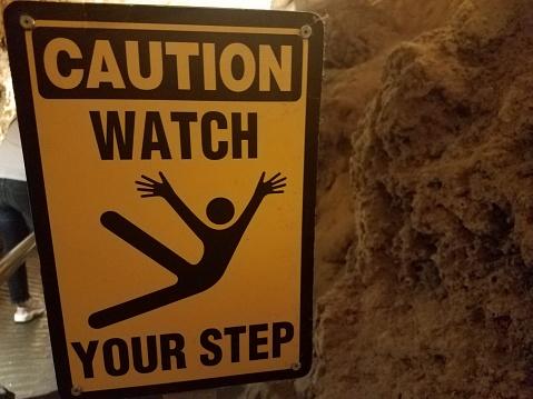 Gelbe Vorsicht Vorsicht Stufe In Höhle Zu Unterzeichnen Stockfoto und mehr Bilder von Extremsport