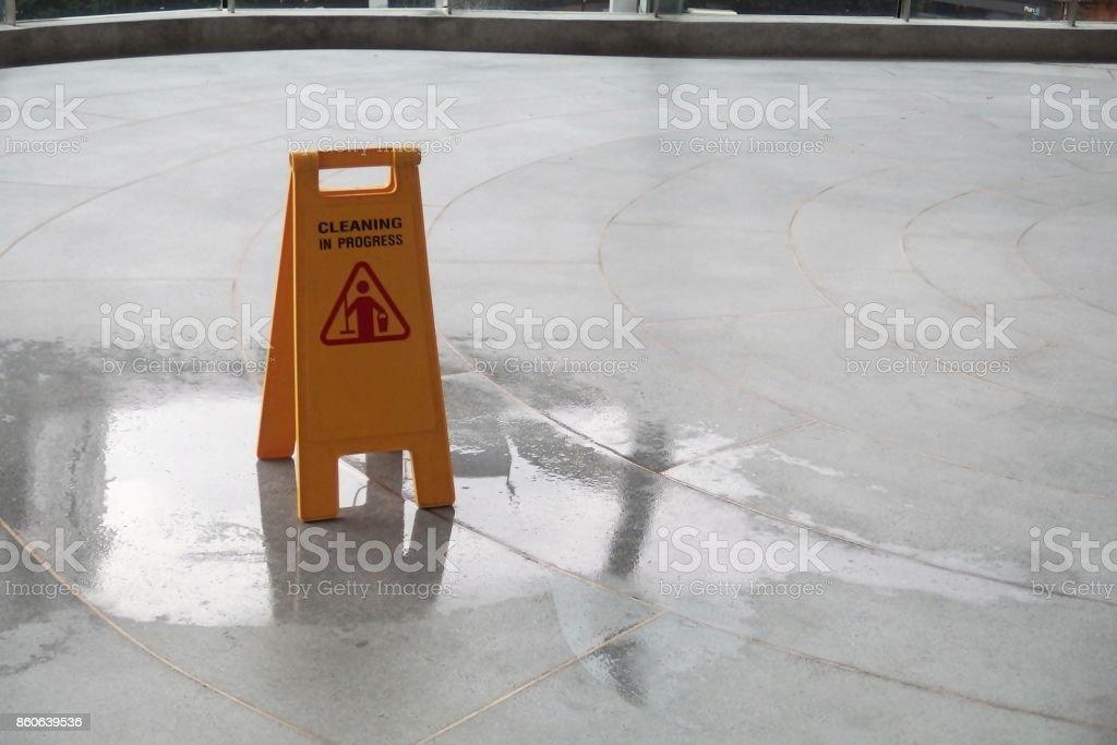 Chão molhado de precaução amarelo Cadastre-se no chão molhado - foto de acervo
