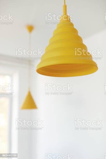 Żółte Żyrandole Na Suficie - zdjęcia stockowe i więcej obrazów Bez ludzi