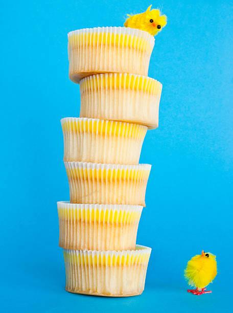 gelbe küken und ein cupcake tower. - cupcake türme stock-fotos und bilder