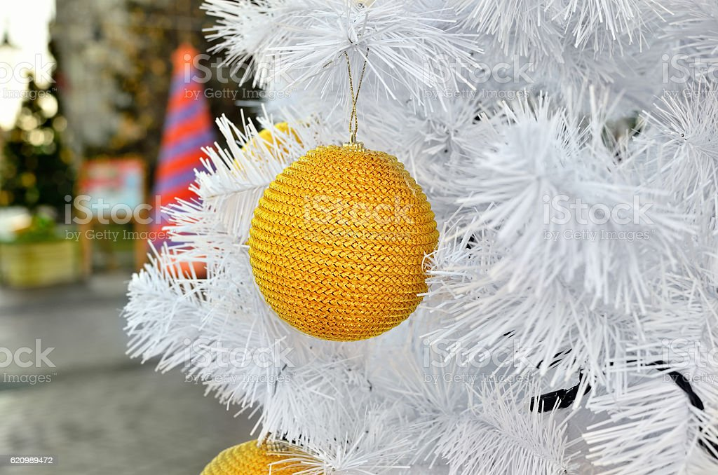 Yellow Christmas toy on a white fluffy tree foto royalty-free