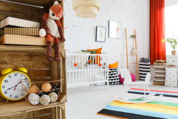 gelbe uhr auf holzregal - fuchs kissen stock-fotos und bilder