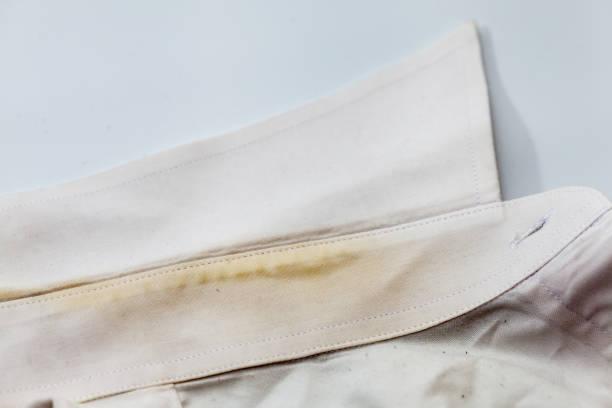 더러운 흰 셔츠에 노란색 칼라 얼룩 스톡 사진