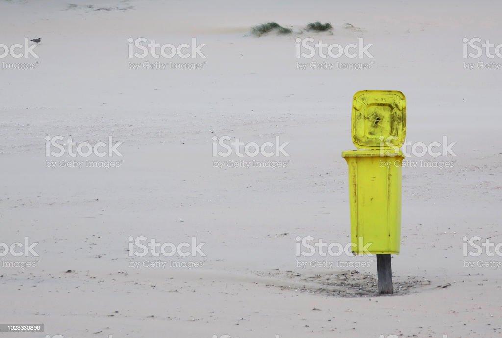 Gelbe Container am Strand von Noordwijk Aan Zee, Niederlande - Lizenzfrei Abwesenheit Stock-Foto