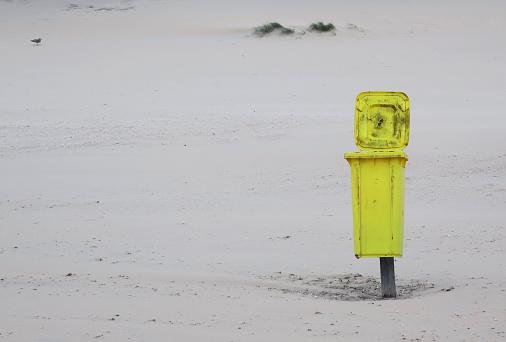 Gelbe Container Am Strand Von Noordwijk Aan Zee Niederlande Stockfoto und mehr Bilder von Abwesenheit