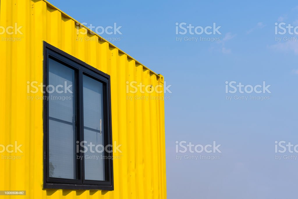 Gelbe Behälter mit Hintergrund blauer Himmel – Foto