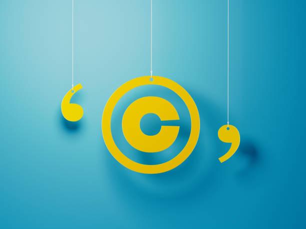 symbole jaune de copyright avec la chaîne sur le fond bleu - marque déposée photos et images de collection